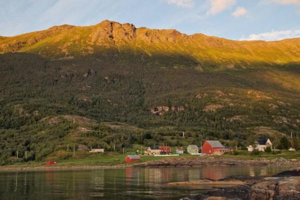 hus med fjell i bakgrunn