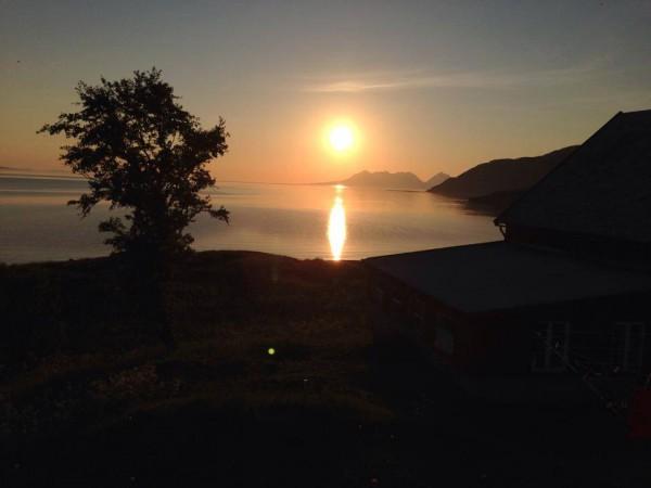 midnattsol utsikt fra balkong feriehus nord norge